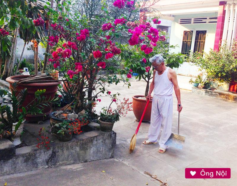 Ông nội quét sân trước nhà!